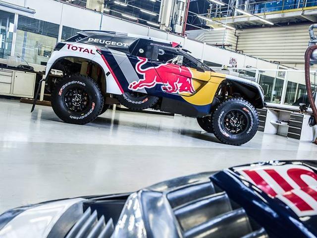 El Peugeot 3008 DKR en el Dakar 2017 – Vista en contrapicado de los logotipos y de los patrocinadores