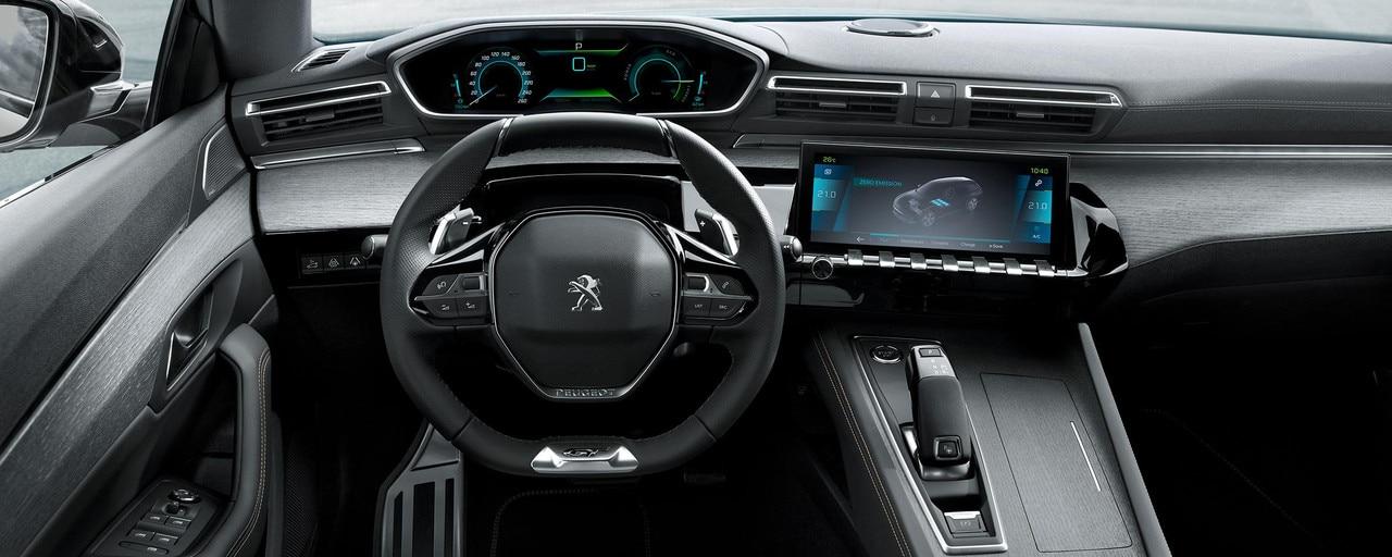 El PEUGEOT i-Cockpit® específico para híbridos integra la información de conducción disponible en el campo de visión del conductor.